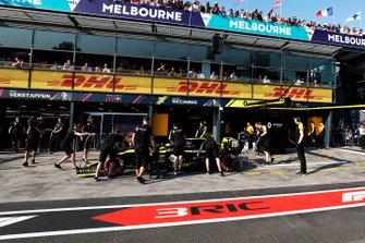Daniel Ricciardo, Renault F1 Team R.S.19, arrives in the pits