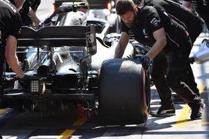 Mecánico de Mercedes trabaja en el coche de Valtteri Bottas, Mercedes AMG W10