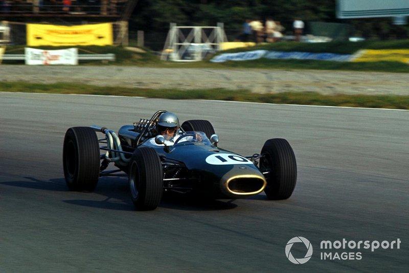 No GP da Itália de 1966, Brabham conquistou seu terceiro e último título. Na etapa seguinte, nos Estados Unidos, foi a vez de sua equipe, que só podia se chamar Brabham, levantar o caneco entre as escuderias. Apesar de o piloto ter nascido na Austrália, o time tinha bandeira britânica.