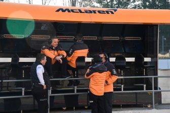 Zak Brown, McLaren Executive Director, and Gil de Ferran, Sporting Director, McLaren, on the pit wall