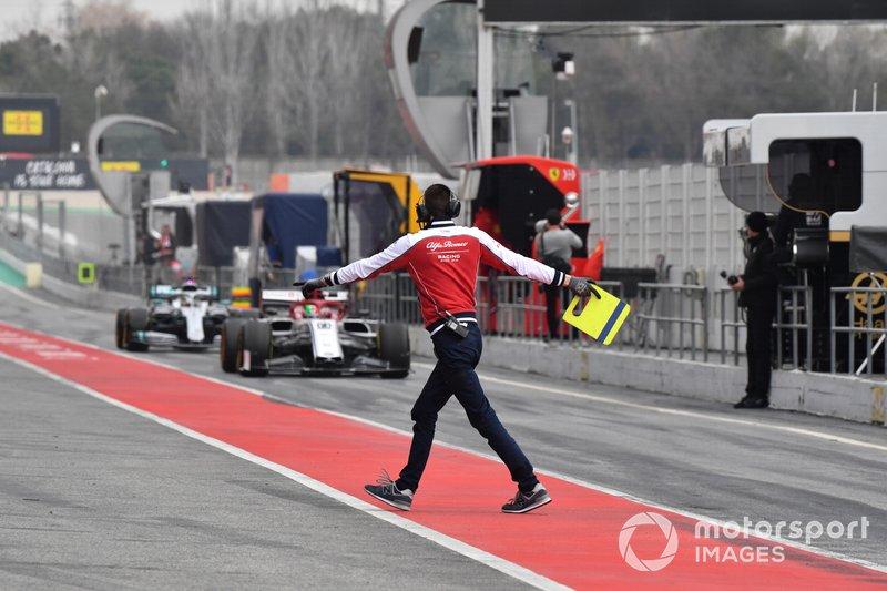 Meccanico Alfa Romeo Racing in pit lane