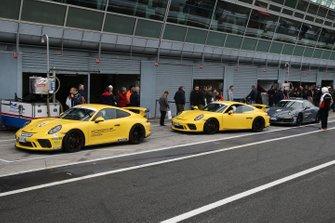 Vetture della Porsche Experience in pit lane