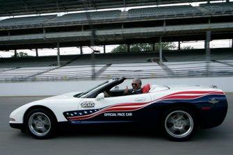 El actor Morgan Freeman, conduciendo el Chevrolet Corvette Convertible Pace Car 2004