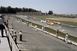 Denny Hulme leads Dan Gurney, both McLaren M8D-Chevrolet, Jackie Stewart, Chaparral 2J-Chevrolet and Peter Revson, Lola T220-Chevrolet at the star