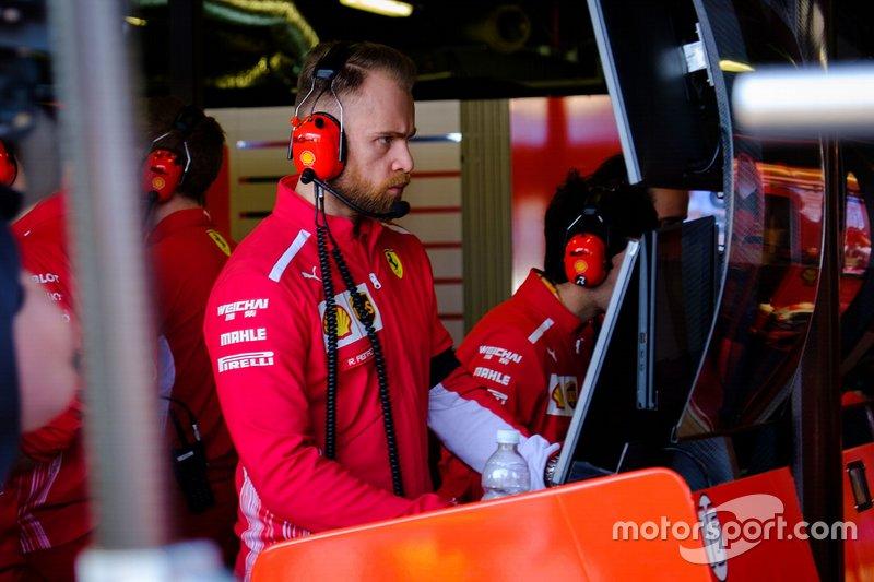 Un membre de l'équipe Ferrari au travail