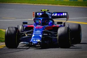 Alex Albon, Toro Rosso STR14 with a broken front wing