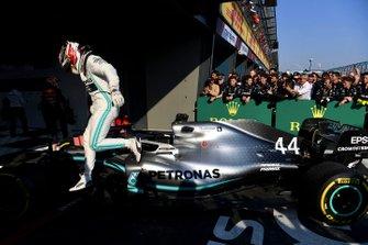 Le deuxième, Lewis Hamilton, Mercedes AMG F1, sort de sa voiture dans le Parc Fermé