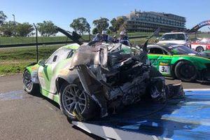 Останки автомобиля Porsche 911 GT3-R (№540) команды Black Swan Racing (Тим Паппас, Йерун Блекемолен, Марк Либ) после аварии