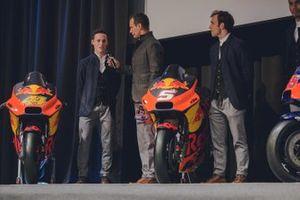 Pol Espargaro, Red Bull KTM Factory Racing, und Johann Zarco, Red Bull KTM Factory Racing, mit Alex Hofmann