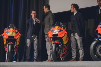 Pol Espargaro, Red Bull KTM Factory Racing, und Johann Zarco, Red Bull KTM Factory Racing, mit Alex Hofmann