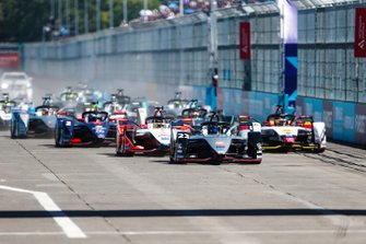 Sébastien Buemi, Nissan e.Dams, Nissan IMO1, Pascal Wehrlein, Mahindra Racing, M5 Electro, Daniel Abt, Audi Sport ABT Schaeffler, Audi e-tron FE05, Sam Bird, Envision Virgin Racing, Audi e-tron FE05, down towards the first corner at the start.