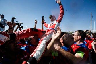 Pascal Wehrlein, Mahindra Racing, 2° classificato, festeggia con il suo team