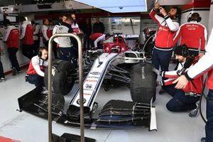 Kimi Raikkonen, Alfa Romeo Racing C38 in de garage