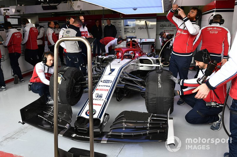 Kimi Raikkonen, Alfa Romeo Racing C38, nel garage