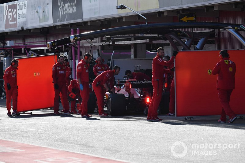 Sebastian Vettel, Ferrari SF90 and Ferrari mechanics with garage screens