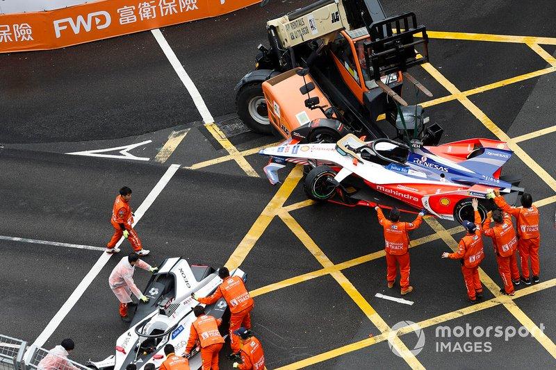 Los oficiales trabajan para mover el auto de Pascal Wehrlein, Mahindra Racing, M5 Electro así como el auto de Felipe Nasr, Dragon Racing Penske EV-3