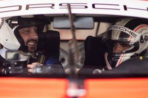 Danilo Gentili pega carona com Caio Castro na Porsche Cup