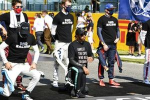 Lando Norris, McLaren, Lewis Hamilton, Mercedes-AMG F1, Charles Leclerc, Ferrari, Daniil Kvyat, AlphaTauri, Max Verstappen, Red Bull Racing, and the other drivers stand and kneel in support of the End Racism campaign prior to the start