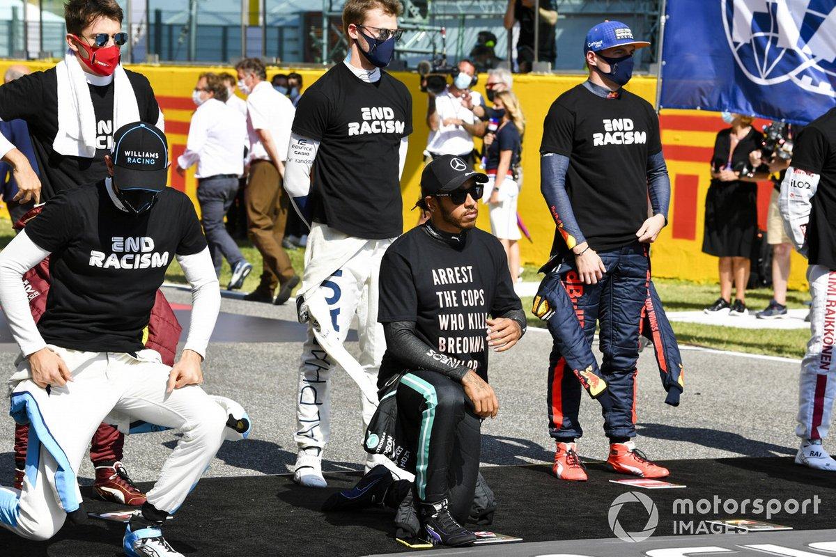 Lando Norris, McLaren, Lewis Hamilton, Mercedes-AMG F1, Charles Leclerc, Ferrari, Daniil Kvyat, AlphaTauri, Max Verstappen, Red Bull Racing, en apoyo de la campaña para el fin del racismo