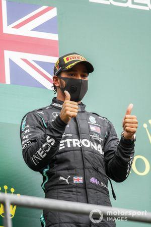 Primo posto Lewis Hamilton, Mercedes-AMG F1 festeggia sul podio
