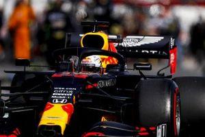 Max Verstappen, Red Bull Racing RB16, rijdt naar de grid