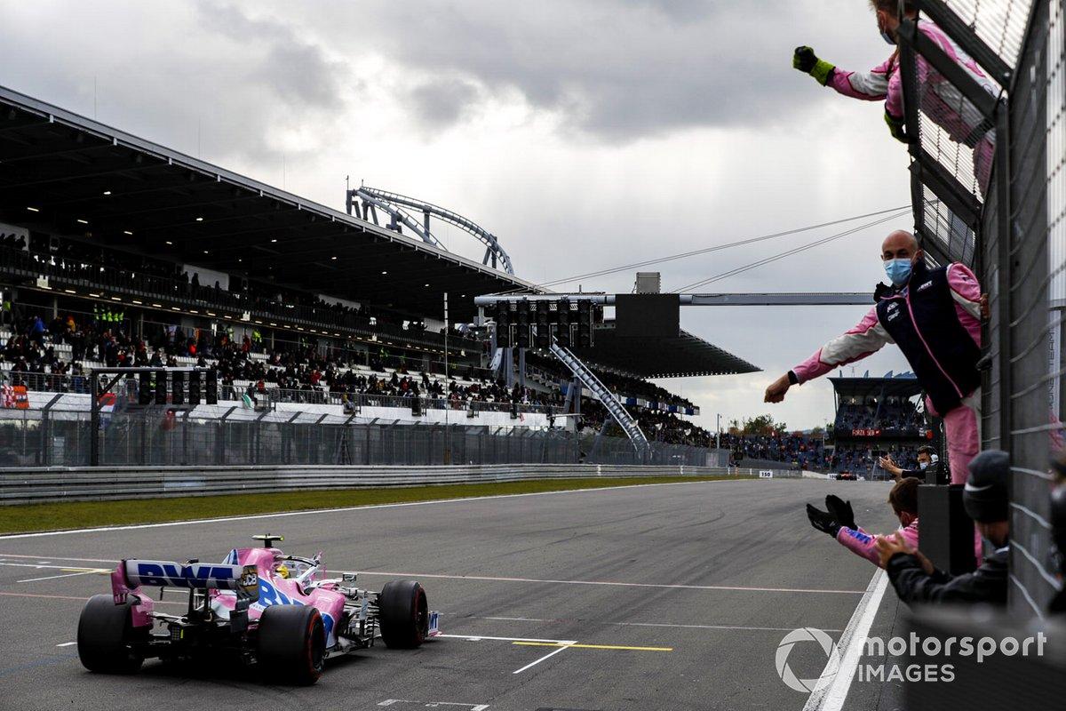 Nico Hulkenberg, Racing Point RP20, pasa a su equipo en el muro de boxes al final de la carrera