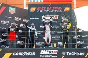 Podium : le vainqueur Jean-Karl Vernay, Mulsanne Alfa Romeo Giulietta TCR, le deuxième Santiago Urrutia, Cyan Performance Lynk & Co 03 TCR, le troisième Gilles Magnus, Comtoyou Racing Audi RS3 LMS