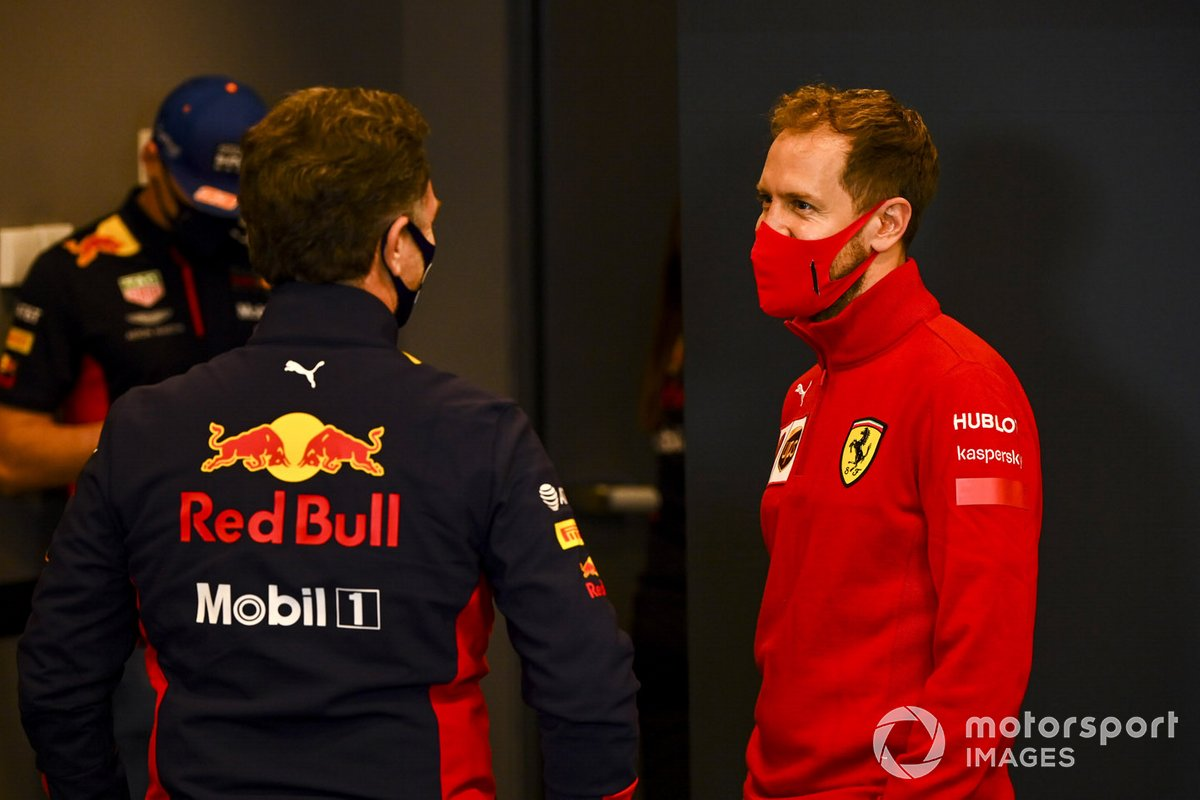 Christian Horner, líder del equipo Red Bull Racing y Sebastian Vettel, Ferrari, hablan en la conferencia de prensa