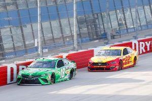 Kyle Busch, Joe Gibbs Racing, Toyota Camry Interstate Batteries, Joey Logano, Team Penske, Ford Mustang Shell Pennzoil