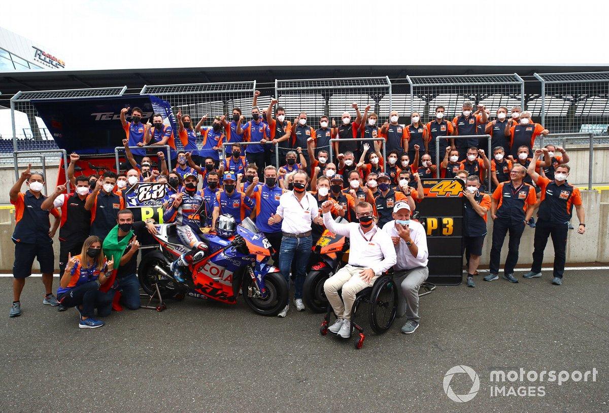 Miguel Oliveira, Red Bull KTM Tech 3 , Pol Espargaro, Red Bull KTM Factory Racing celebra con el equipo
