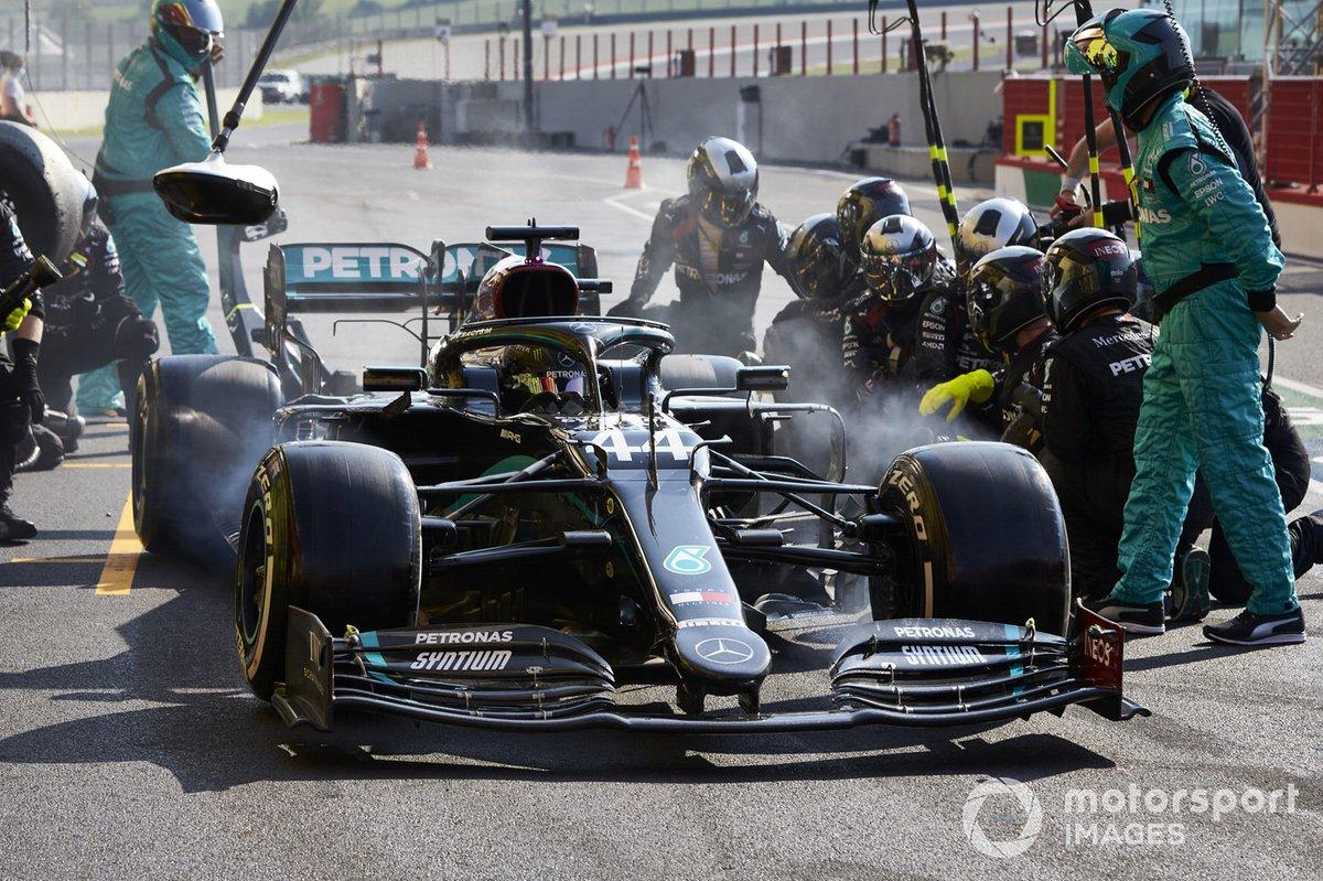 Lewis Hamilton, Mercedes F1 W11 fa un pitstop