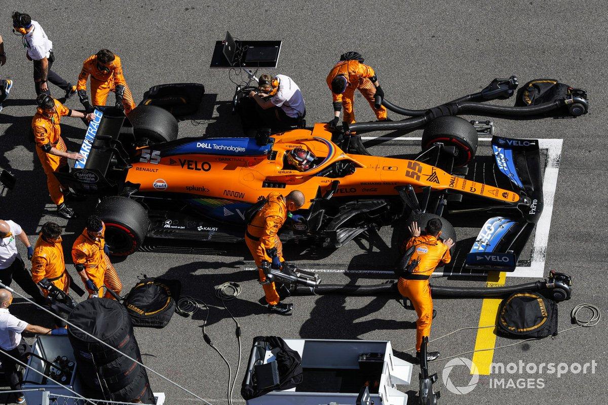 Carlos Sainz Jr., McLaren MCL35, sulla griglia di partenza