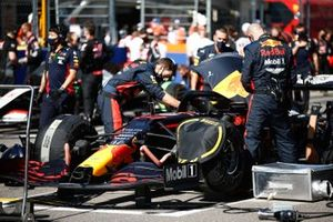 Mechanics work on the car of Alex Albon, Red Bull Racing RB16, on the grid