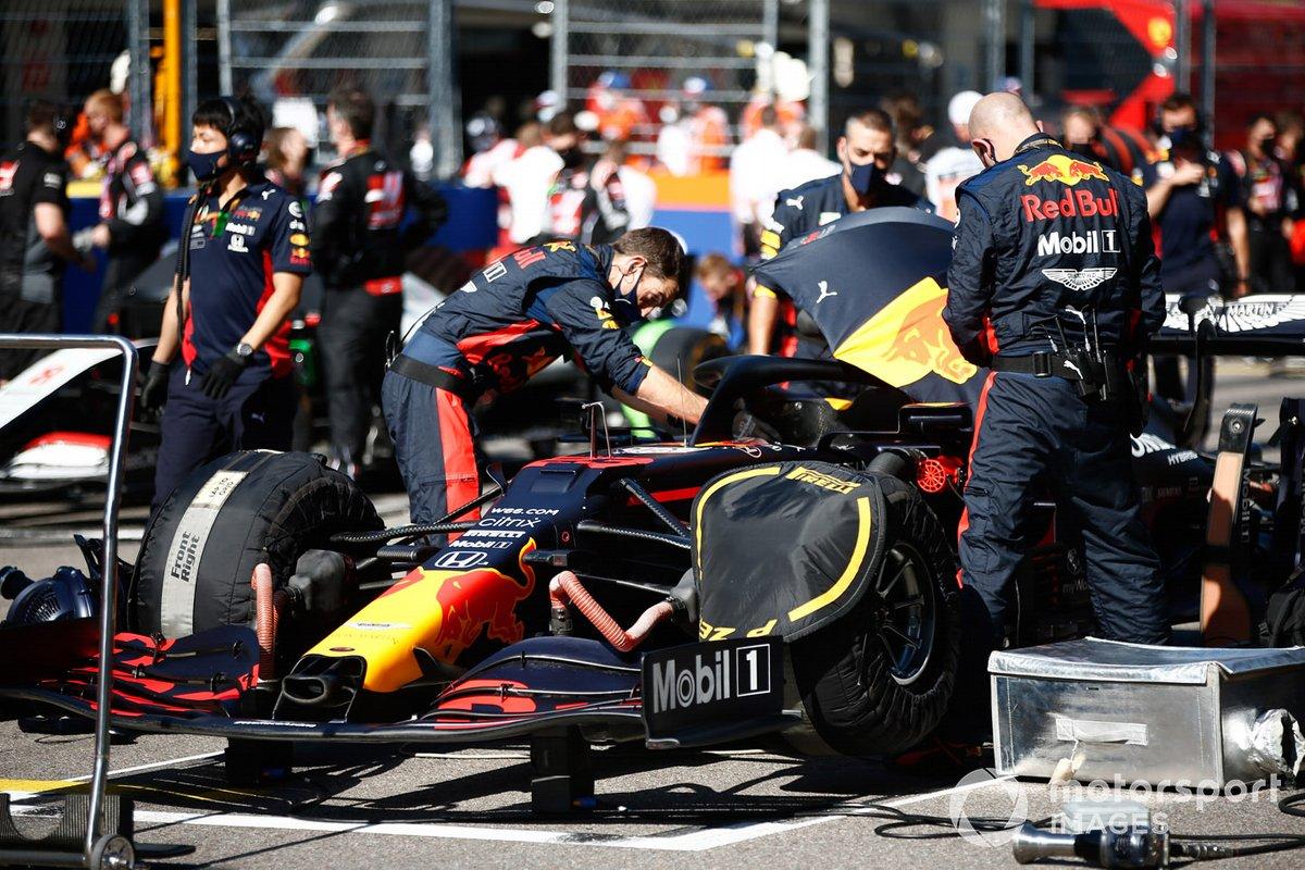 Los mecánicos trabajan en el auto de Alex Albon, Red Bull Racing RB16, en la parrilla