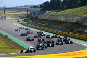Christian Lundgaard, ART Grand Prix, leads Dan Ticktum, Dams, Marcus Armstrong, ART Grand Prix, Felipe Drugovich, MP Motorsport, Jehan Daruvala, Carlin, and the rest of the field at the start