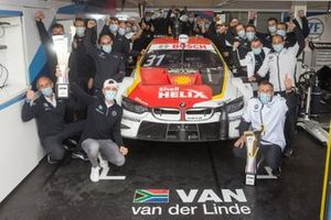 Sheldon van der Linde, BMW Team RBM celebrate with the team