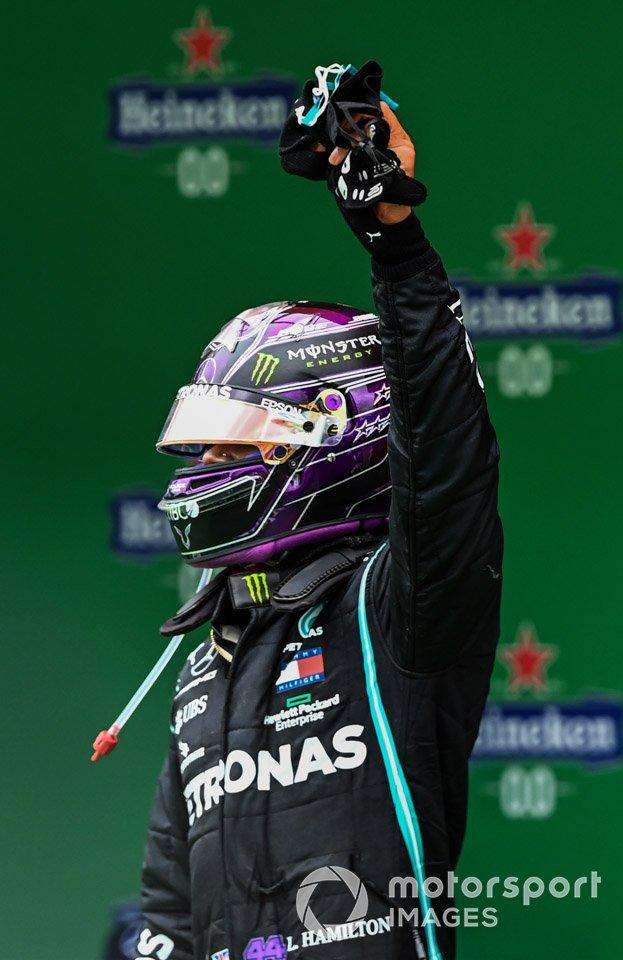 Lewis Hamilton, Mercedes-AMG F1, 1°Posto, festeggia nel Parco Chiuso