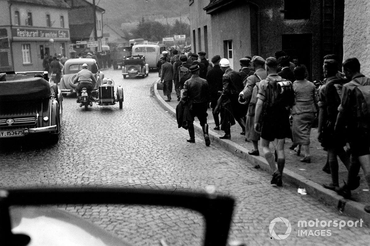 Идею поддержал обер-бургомистр Кельна, будущий канцлер ФРГ Конрад Аденауэр. Строительство, начавшееся осенью 1925 года, обеспечило несколько тысяч рабочих мест. Сразу было решено, что в свободное от гонок время на трассу будут за деньги пускать всех желающих прокатиться