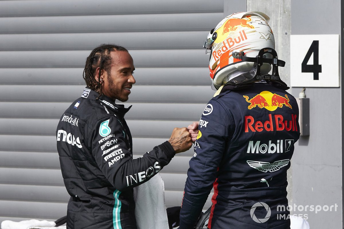 Il Pole man Lewis Hamilton, Mercedes-AMG Petronas F1, e Max Verstappen, Red Bull Racing, nel parco chiuso