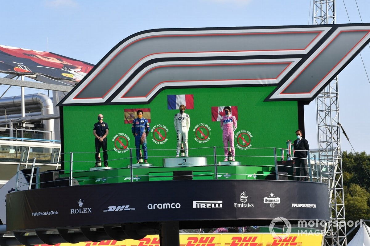 Podio: segundo lugar Carlos Sainz Jr., McLaren, ganador Pierre Gasly, AlphaTauri,y tercer lugar Lance Stroll, Racing Point