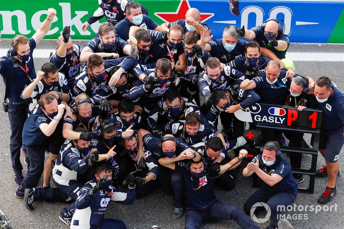 Il team AlphaTauri festeggia nella pit-lane dopo che Pierre Gasly, AlphaTauri AT01 ha vinto la gara