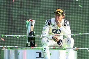 Le vainqueur Pierre Gasly, AlphaTauri, assis sur le podium