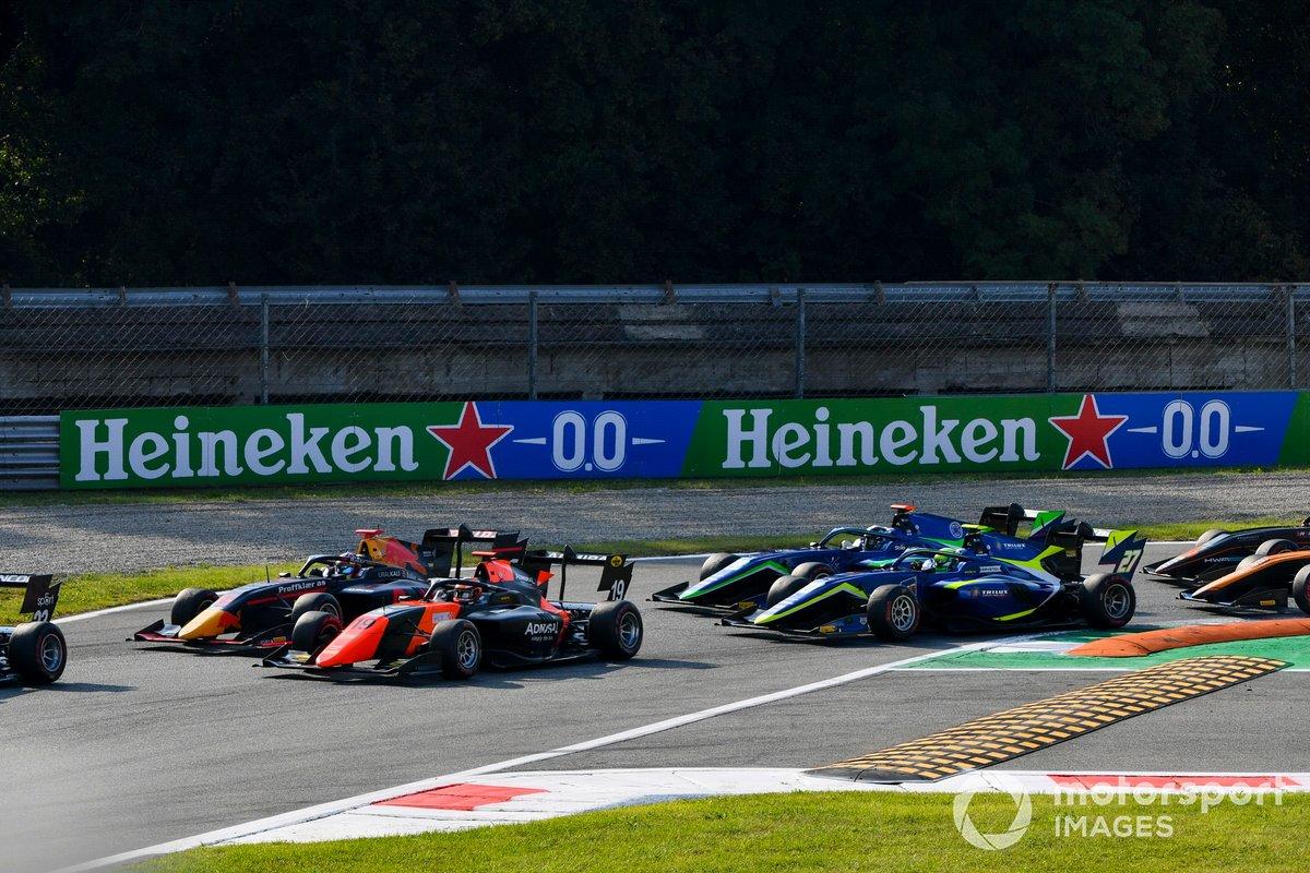 Dennis Hauger, Hitech Grand Prix y Lukas Dunner, MP Motorsport al inicio de la carrera