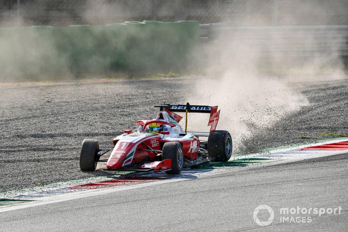 Oscar Piastri, Prema Racing, con el coche dañado