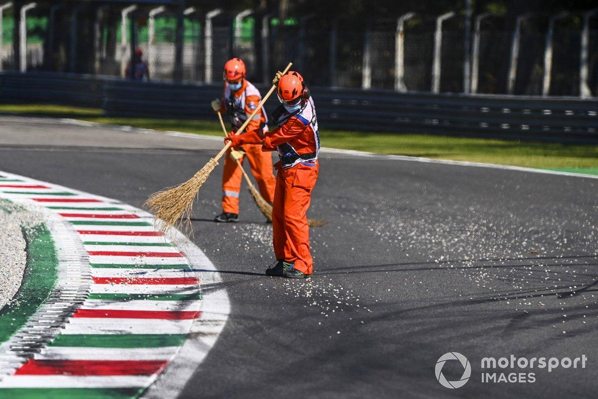Oficiales limpian la grava