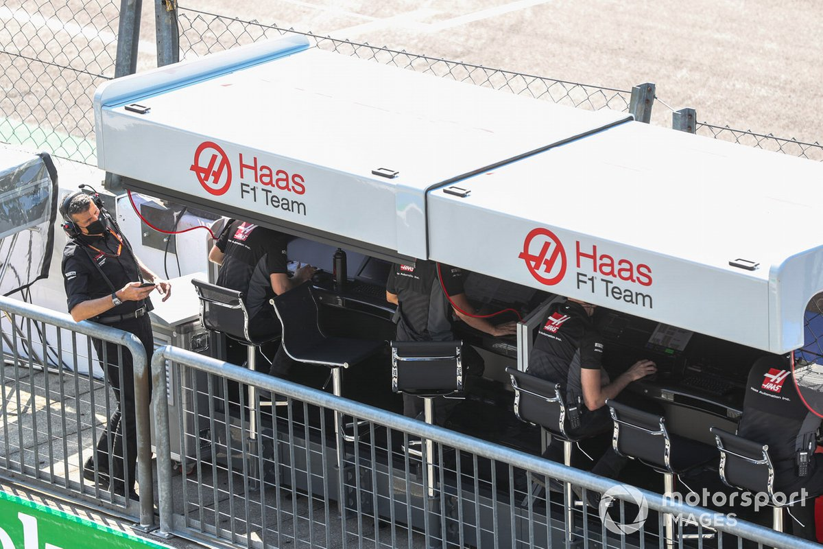 Guenther Steiner, director del equipo de Haas F1, y el equipo de Haas F1 en el muro de boxes