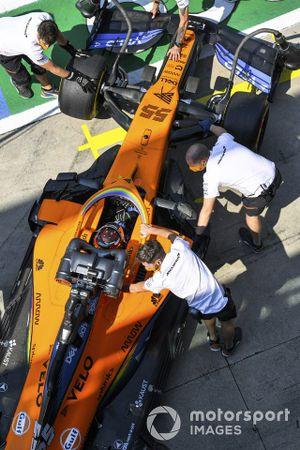 Carlos Sainz Jr., McLaren MCL35, retourne dans son garage
