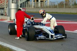 Antonio Pizzonia, Williams BMW FW26 pushes his car back into the pits after a technical problem