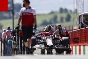 Mechanics move the car of Antonio Giovinazzi, Alfa Romeo Racing C39