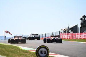 Nicholas Latifi, Williams FW43, Carlos Sainz Jr., McLaren MCL35, en Max Verstappen, Red Bull Racing RB16
